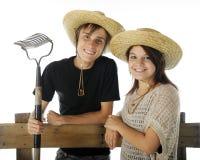 Lyckliga Teen lantgårdpar Arkivfoton
