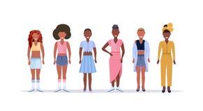 Lyckliga tillfälliga kvinnor som står le tillsammans afrikansk amerikandamer med kvinnliga tecknad filmtecken för olik frisyr stock illustrationer