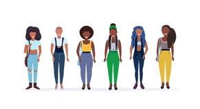 Lyckliga tillfälliga kvinnor som står le tillsammans afrikansk amerikandamer med kvinnliga tecknad filmtecken för olik frisyr royaltyfri illustrationer