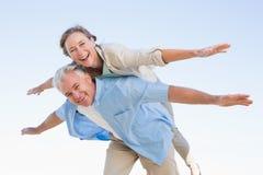 Lyckliga tillfälliga par som har gyckel Royaltyfria Bilder