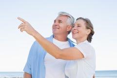 Lyckliga tillfälliga par som ser något Royaltyfri Bild