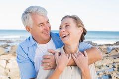 Lyckliga tillfälliga par vid kusten Royaltyfria Bilder