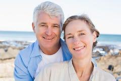 Lyckliga tillfälliga par vid kusten Fotografering för Bildbyråer