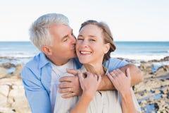 Lyckliga tillfälliga par vid kusten Arkivbilder