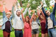 Lyckliga tonåriga vänner som vinkar händer på sommarträdgården Fotografering för Bildbyråer