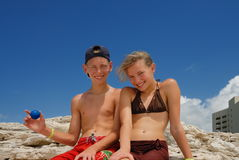 lyckliga tonåringar för strand Arkivbilder