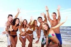 Lyckliga tonåringar på havet Arkivfoton