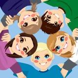 Lyckliga tonåringar som omfamnar i cirkel Arkivfoton