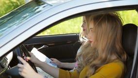 Lyckliga tonårs- flickor eller unga kvinnor som kör i bil stock video
