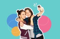 Lyckliga tonårs- flickor som tar selfie med smartphonen arkivbilder