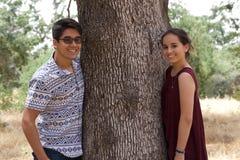 Lyckliga tonårs- par i en parkera Royaltyfri Foto