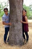 Lyckliga tonårs- par i en parkera Arkivfoto