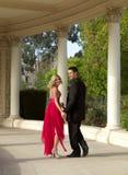 Lyckliga tonårs- par som går till gå för studentbal Royaltyfri Fotografi