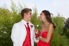 Lyckliga tonårs- par som går till studentbalen Royaltyfria Bilder