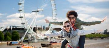 Lyckliga tonårs- par som har gyckel över london Royaltyfria Bilder