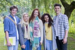 Lyckliga tonårs- studenter arkivfoton