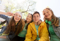 Lyckliga tonårs- studenter eller vänner som har gyckel fotografering för bildbyråer