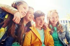 Lyckliga tonårs- studenter eller vänner utomhus arkivfoto