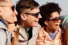 Lyckliga tonårs- vänner i skuggor som utomhus skrattar fotografering för bildbyråer