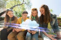 Lyckliga tonårs- vänner med smartphones utomhus Royaltyfri Fotografi