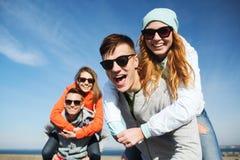 Lyckliga tonårs- vänner som har roligt utomhus Royaltyfri Foto