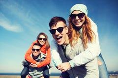 Lyckliga tonårs- vänner som har roligt utomhus Arkivbilder