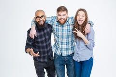 Lyckliga tre vänner, i anseende och att skratta för tillfälliga kläder royaltyfri fotografi