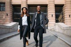 Lyckliga trendiga gångare på stadsgatan royaltyfri bild