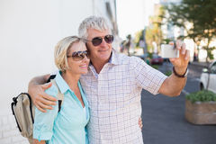 Lyckliga turist- par som tar en selfie i staden Arkivfoto