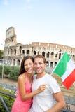 Lyckliga turister framme av coliseumen, Rome, Italien Royaltyfria Bilder