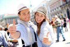 Lyckliga turister i Madrid Royaltyfria Bilder