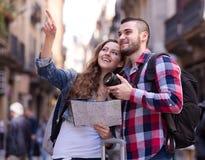 Lyckliga turister på utfärd royaltyfri fotografi