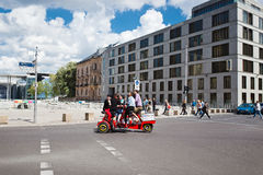 Lyckliga turister rider ett velomobile Royaltyfri Bild