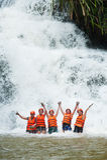 Lyckliga turister som abseiling i den Datanla vattenfallet i Vietnam Royaltyfria Bilder
