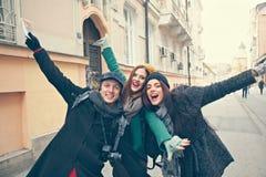 Lyckliga turister som poserar för foto Royaltyfria Bilder