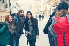 Lyckliga turister som poserar för foto Arkivfoton