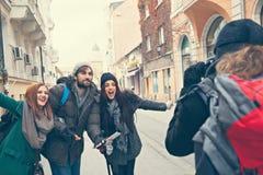 Lyckliga turister som poserar för foto Arkivfoto