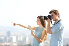 Lyckliga turister som tar foto i utkant för en stad royaltyfri fotografi