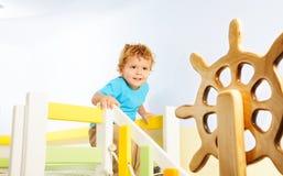 Lyckliga två år gammal unge på en lekplats Royaltyfri Fotografi