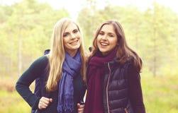 Lyckliga två och härliga flickor som går i skog och träsk läger royaltyfri foto