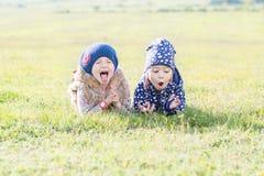 lyckliga två små flickor Arkivbild