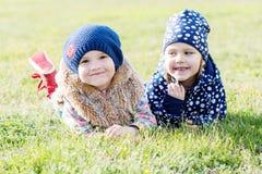 lyckliga två små flickor Arkivbilder