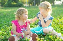 Lyckliga två små systrar i natur royaltyfri foto