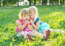 Lyckliga två små systrar vilar Arkivbild