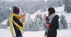 Lyckliga två turist- kvinna och man, har en avslappnande tid att få lite grann den varma drinken någon varm drink från järnkoppen stock video
