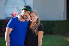 Lyckliga unga amerikanska par med första hem- arkivbilder