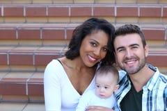 Lyckliga unga attraktiva par för blandat lopp Arkivfoto