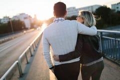 Lyckliga unga attraktiva par som tillsammans spenderar tid Royaltyfria Foton