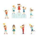 Lyckliga unga barn som rymmer deras guld- troféer, uppsättning för etikettdesign Detaljerade färgrika illustrationer för tecknad  stock illustrationer