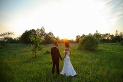 Lyckliga unga brölloppar i natur Royaltyfria Bilder